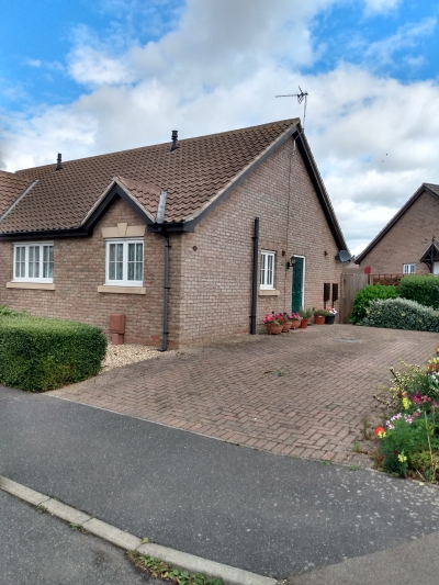 2 bedroom bungalow. Front and rear gardens. Driveway